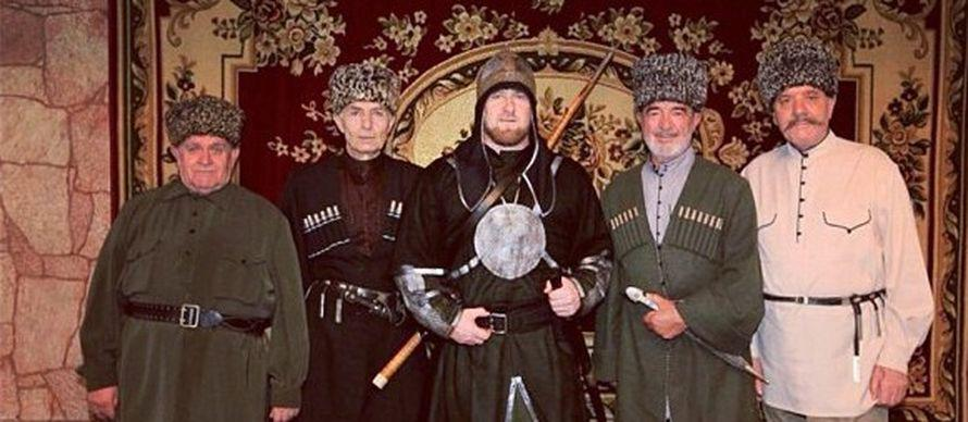 Кадыров появился в доспехах — шлеме, латах, с мечом и копьем.